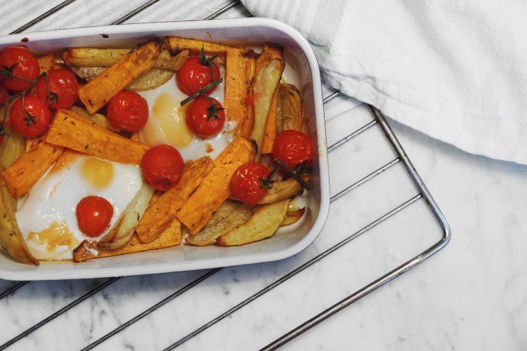 Plat d'hiver : patate douce, pommes de terre, oeufs et tomates cerises